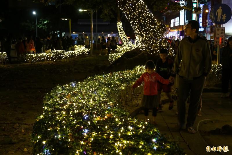 今年屏東縣政府以「金色奇幻童話世界」為基調,讓擁有百年歷史的屏東公園,像是被施了魔法般閃耀動人。(記者邱芷柔攝)