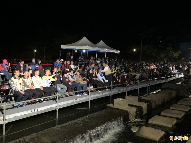 浪漫台三線藝術季「鼓動茶香在關西」今起2天在關西鎮東安古橋浪漫登場,縣府團隊首度嘗試在牛欄河面上打造水上觀眾席,讓大家能以最佳的觀賞角度欣賞演出。(記者廖雪茹攝)