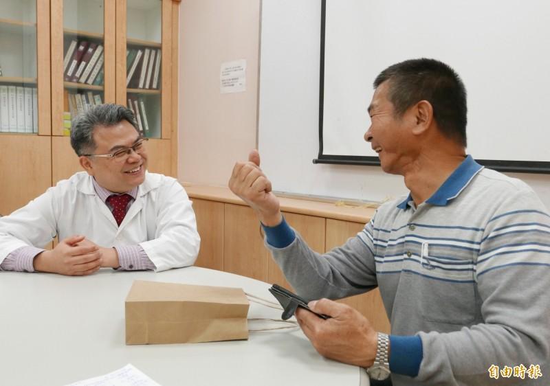 許先生下顎1/3切除,樂觀面對,配合醫師治療。(記者蔡淑媛攝)