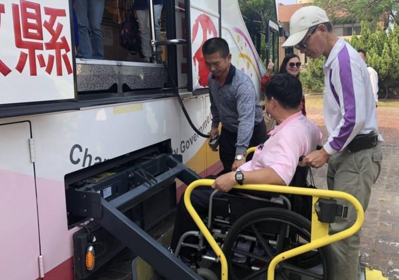 口腔癌患者許先生擔任復康大巴駕駛,載身心障礙者出遊,也當志工快樂生活。(許先生提供)