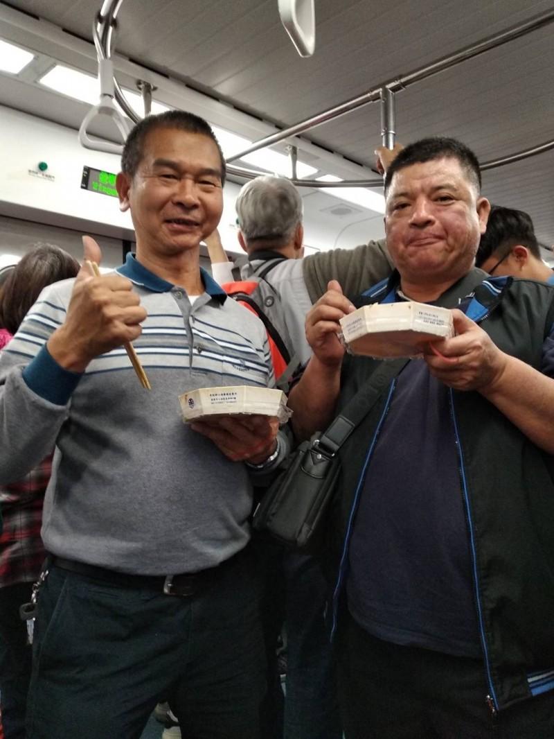 口腔癌患者許先生(左)樂觀抗癌和生活,也開心與朋友出遊。(許先生提供)
