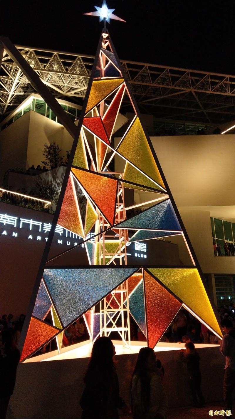 「台南耶誕燈節」今晚在南美館2館前點亮耶誕樹。(記者劉婉君攝)