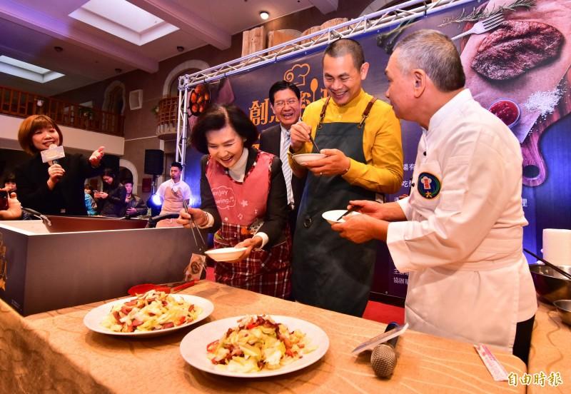 縣長林姿妙用高麗菜、鴨賞熱炒,對上江振誠的冷盤,兩人在台上互讚對方的好吃。(記者張議晨攝)