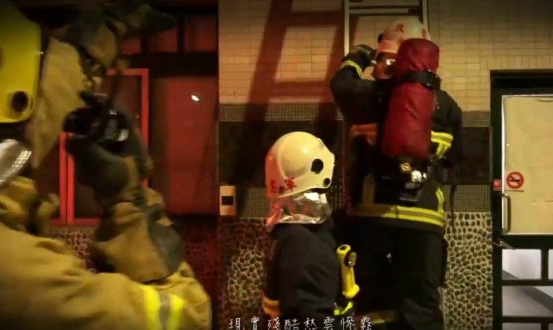 MV內結合消防隊員救災經歷及防火宣導觀念,搭配饒舌嘻哈曲風,令人印象深刻。(苗栗縣消防局提供)