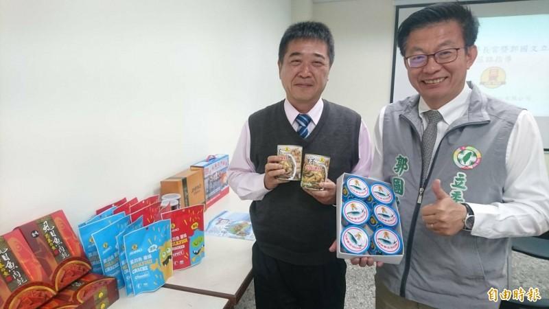 立委郭國文(右)、日寶食品總經理陳俊任(左)展示虱目魚多元加工食品。(記者楊金城攝)