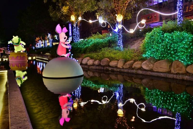 綠川、柳川也放置了超人氣「小熊維尼與好朋友們」燈飾。(水利局提供)