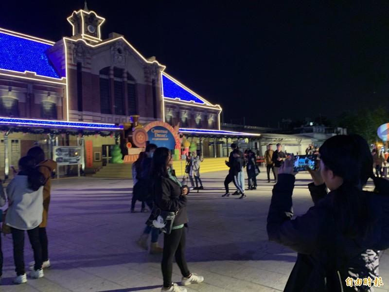 台中耶誕夢想世界在舊火車站舊站將有投影秀。(記者蔡淑媛攝)