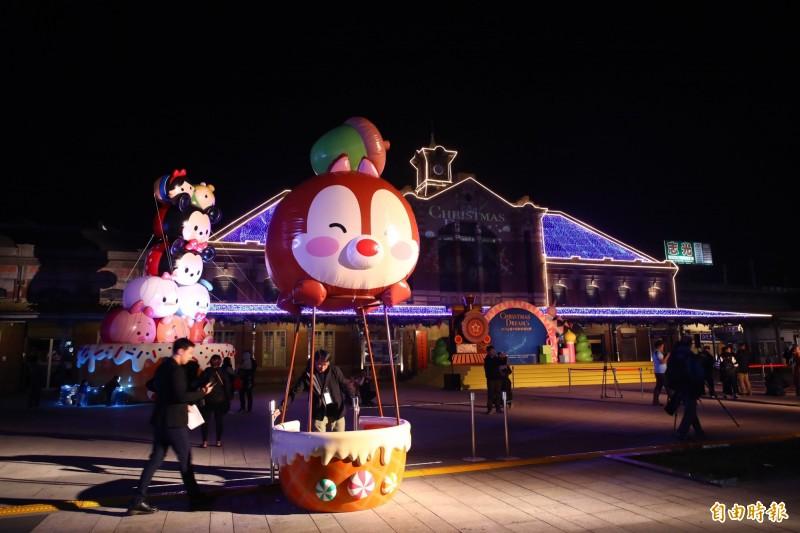 台中耶誕夢想世界試點燈,點亮車站前的迪士尼耶誕樹,還有投影秀。(記者蔡淑媛攝)