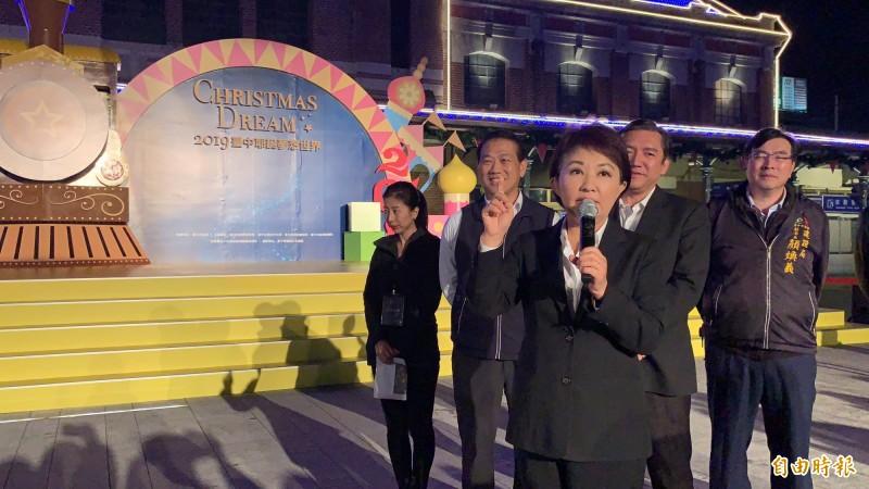 台中市長盧秀燕為台中耶誕夢想世界試點燈,強調是史上最長,也是從舊城區最大區域燈展。(記者蔡淑媛攝)