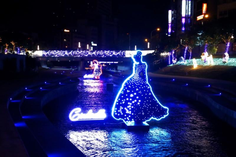 柳川上「迪士尼公主系列」燈飾。(台中市政府提供)