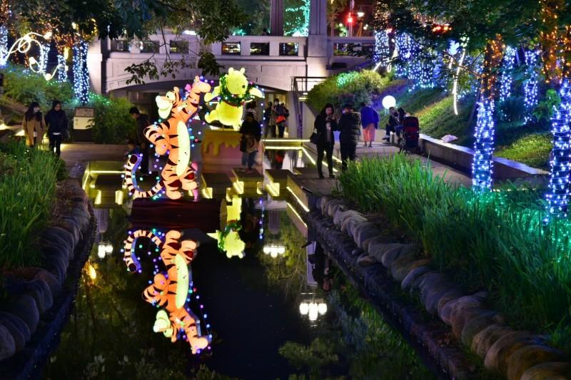 綠川、柳川也放超人氣「小熊維尼與好朋友們」與「迪士尼公主系列」燈飾。(水利局提供)