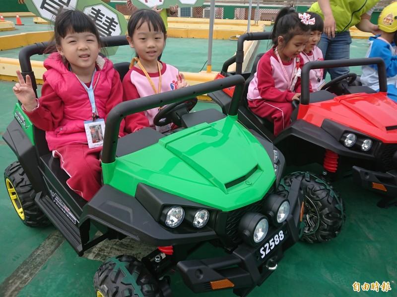 小朋友體驗當小駕駛很開心。(記者洪瑞琴攝)