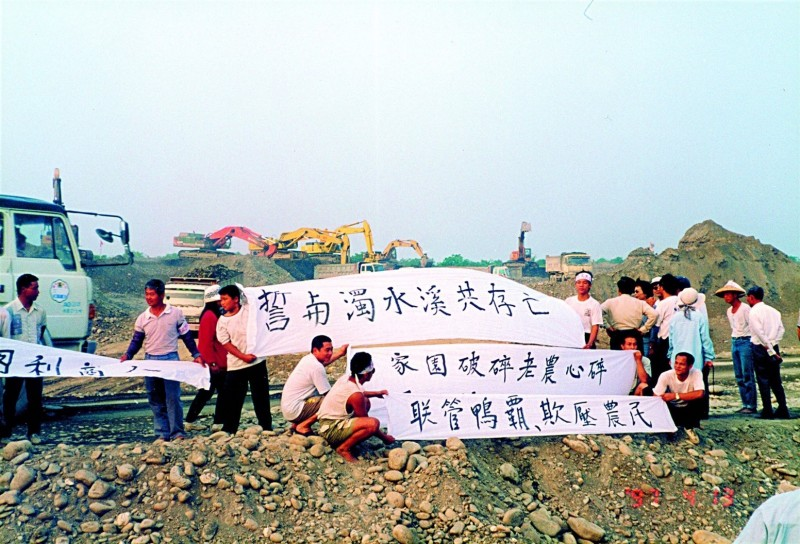 農民在濁水溪抗爭,爭取生存權。(翻攝蘇治芬臉書)