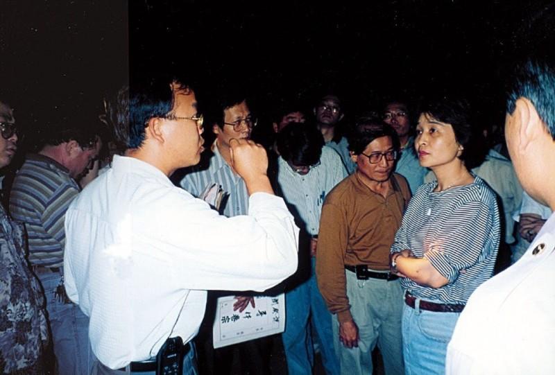 蘇治芬(右一)與官員對話。(翻攝蘇治芬臉書)