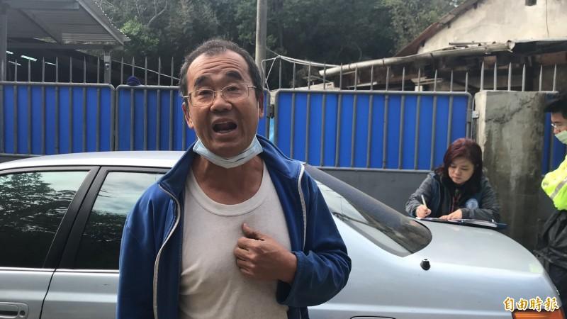 被抗議的養豬場業者代表劉男(前)強調,他們一切合法經營,更沒有竊佔河川地的問題。(記者黃美珠攝)