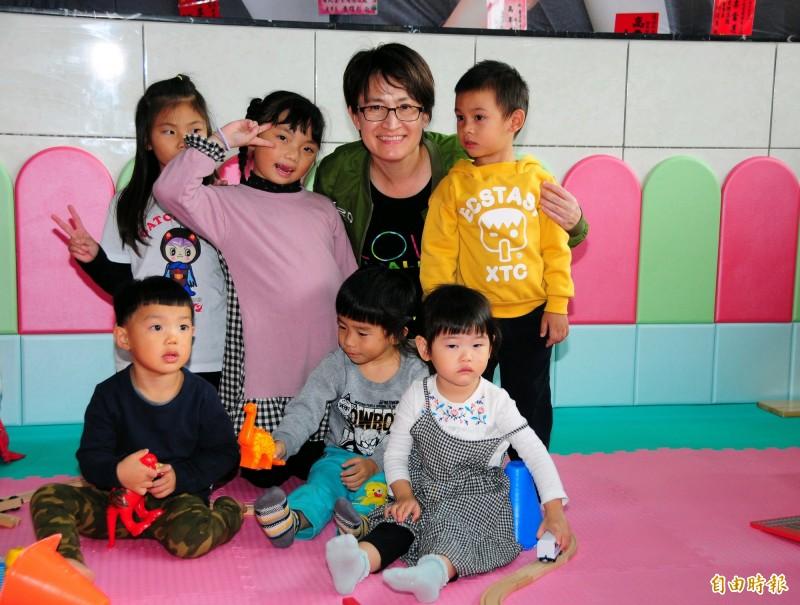 蕭美琴的總部很吸引大人小孩,也讓蕭美琴成為孩子王。(記者花孟璟攝)