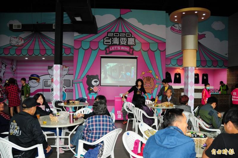 蕭美琴競選總部裝潢很可愛,走歡樂的粉紅色遊樂園風格。(記者花孟璟攝)