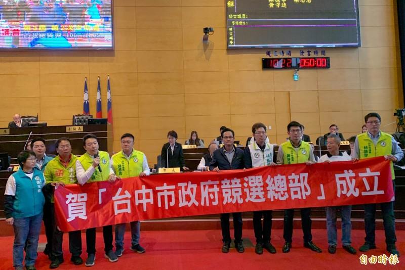 台中市民進黨議員抨擊市府成為競選總部 ,行政不中立。(記者張菁雅攝)