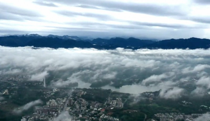 空拍攝影師余信賢趁著短暫無雨空檔,拍下雲海、城市、高山及湖水同框美景。(余信賢提供)