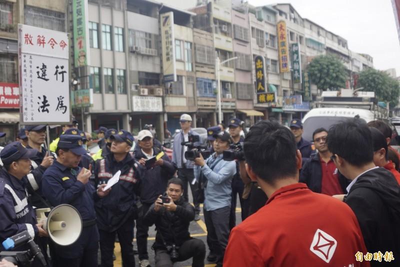 台灣基進黨抗議不到10分鐘就被警方3度舉牌命令解散。(記者黃佳琳攝)
