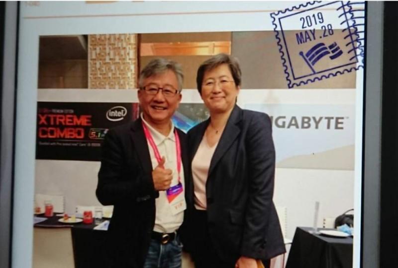 蘇姿丰(右)今年返台演講,堂弟蘇奕榮(左)到場歡迎。(圖由蘇姿丰大伯父蘇宗基提供)