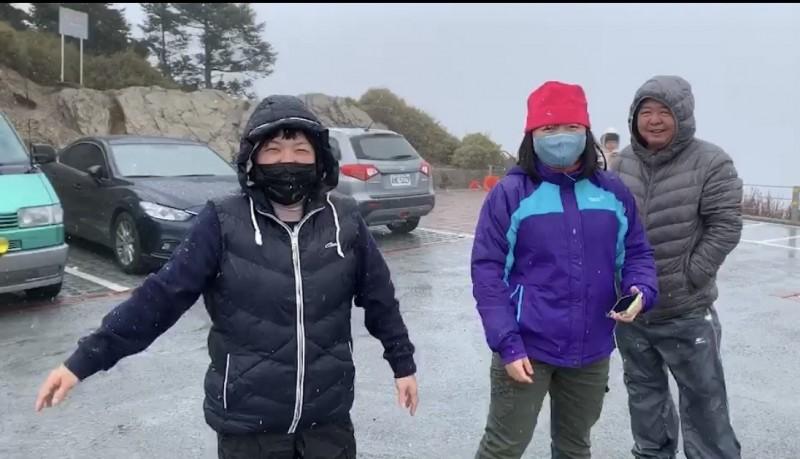 合歡山武嶺中午開始下冰霰,令追雪遊客超興奮。(民眾提供)