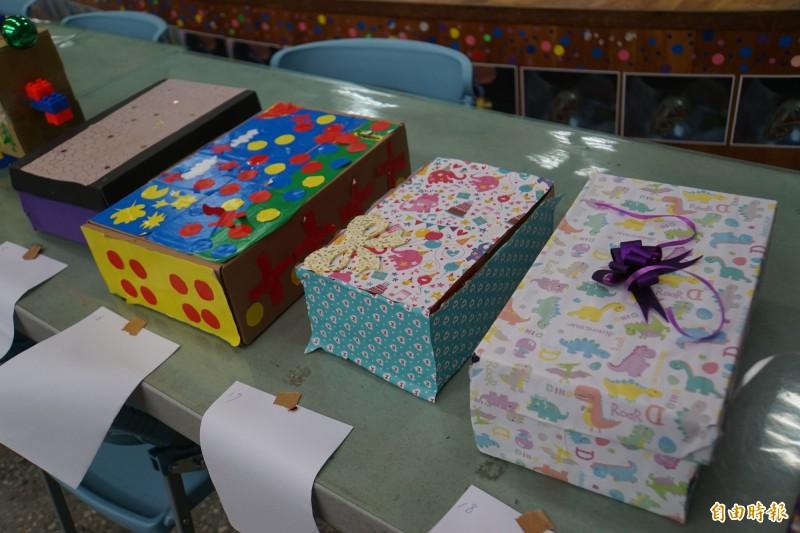 成功國小小朋友將舊鞋盒改裝成耶誕禮盒,充滿童趣及創意。(記者詹士弘攝)
