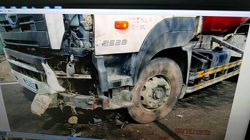 烏日發生一名機車騎士遭從巷口轉出預拌混凝土車撞上不治。(記者蘇金鳳翻攝)