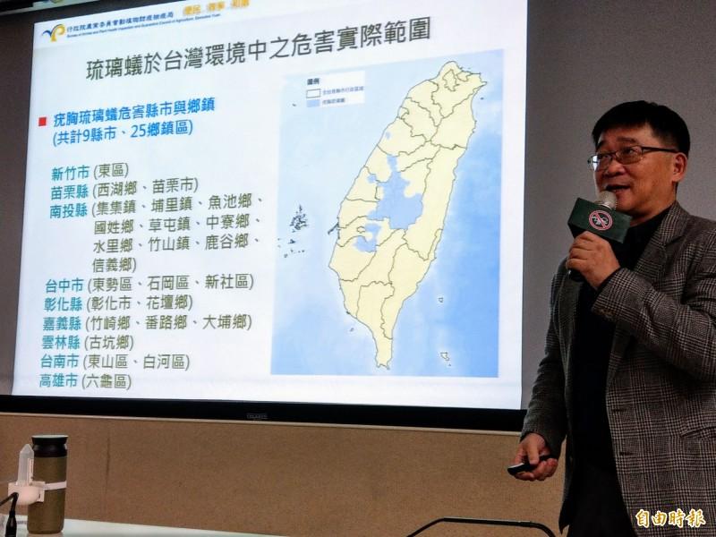 螞蟻專家彰師大教授林宗岐,說明近年在中台灣山區出現的琉璃蟻危害,計有9縣市、25個鄉鎮區。(記者劉濱銓攝)