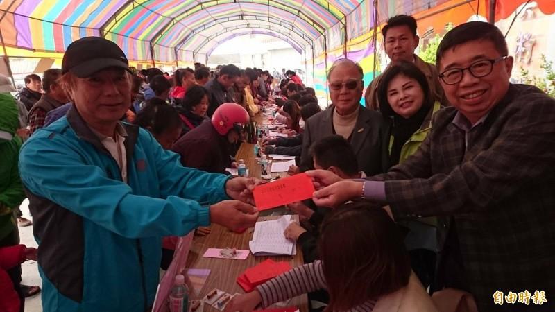 台南紡織集團總裁侯博明(右一)發慰問紅包給民眾。(記者楊金城攝)