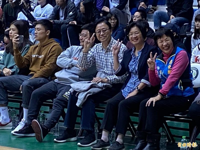 張善政(右3)面對鏡頭比出「V」的手勢,縣長王惠美(右2)、縣議員劉淑芳(右1),順勢比手勢,高興的心情全寫在臉上。(記者張聰秋攝)