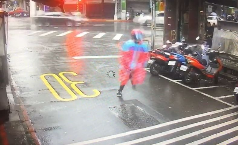 台北市林森北路的一間四面佛廟疑被縱火,警方追查空著紅雨衣的男子。(記者劉慶侯翻攝)