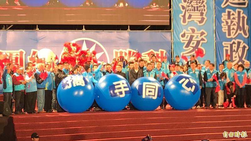 國民黨總統候選人韓國瑜今晚在新竹縣造勢,跟同黨立委候選人林為洲、林思銘等一起把「攜手同心」的藍球推向支持者。(記者黃美珠攝)