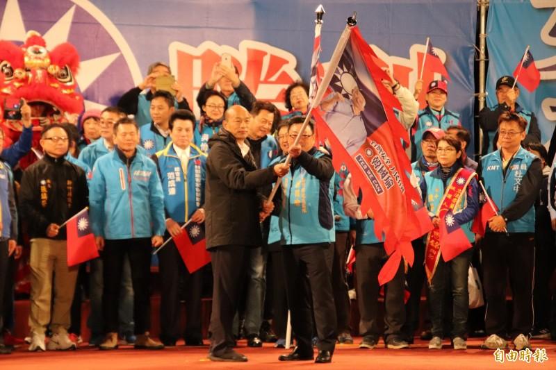 國民黨總統候選人韓國瑜(左)親授戰旗給顧問團總會長吳國寶(右)。(記者黃美珠攝)