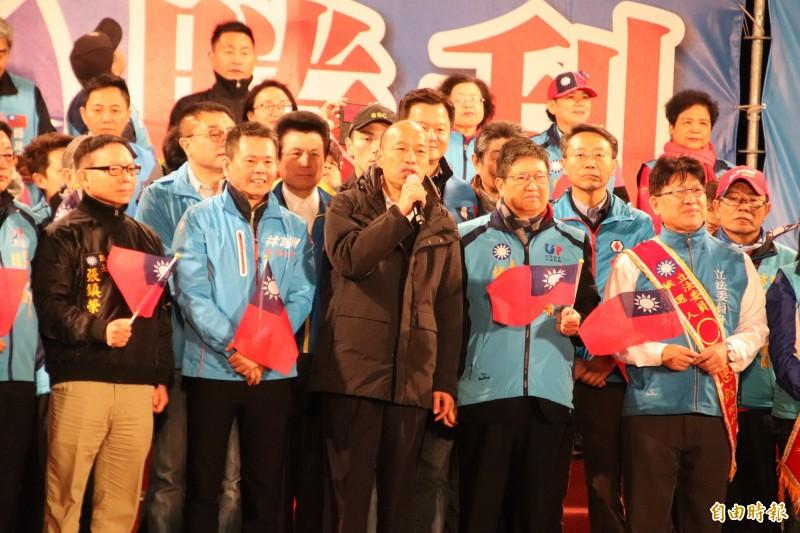 國民黨總統候選人韓國瑜(中)今天下午在新竹縣,跟該黨立委候選人林為洲(左2)、林思銘(右)一起成立聯合競選總部,共同造勢號召支持者力挺。(記者黃美珠攝)