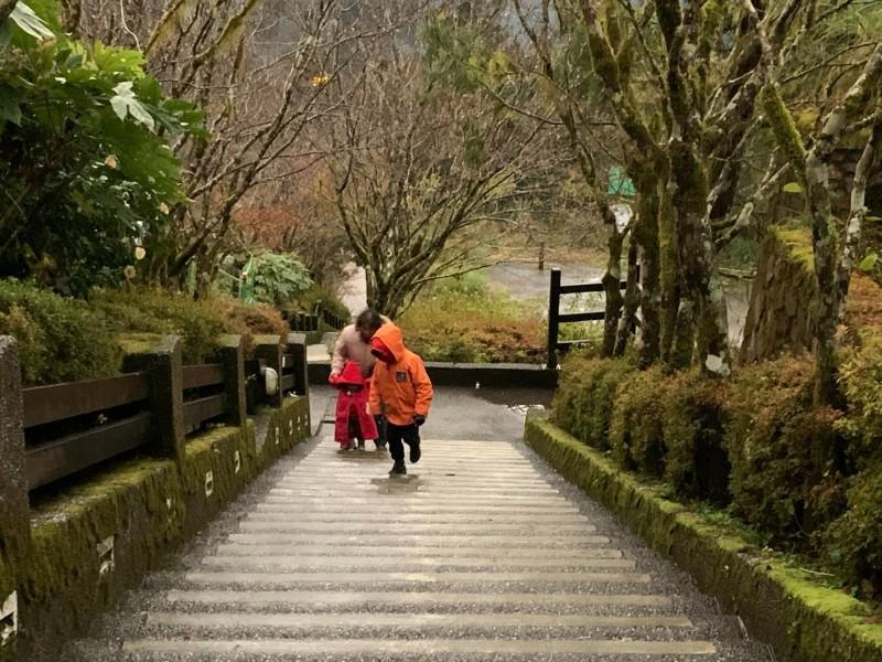 太平山莊早起遊客穿上厚重衣物禦寒。(記者江志雄翻攝)