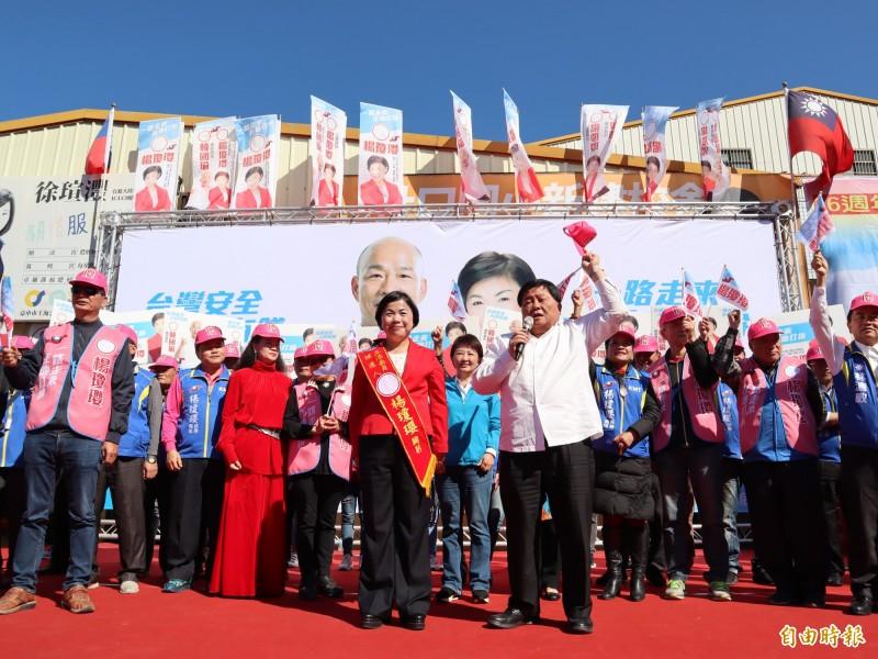 顏清標為楊瓊瓔站台,要大家支持楊瓊瓔及兒子顏寬恒。(記者歐素美攝)