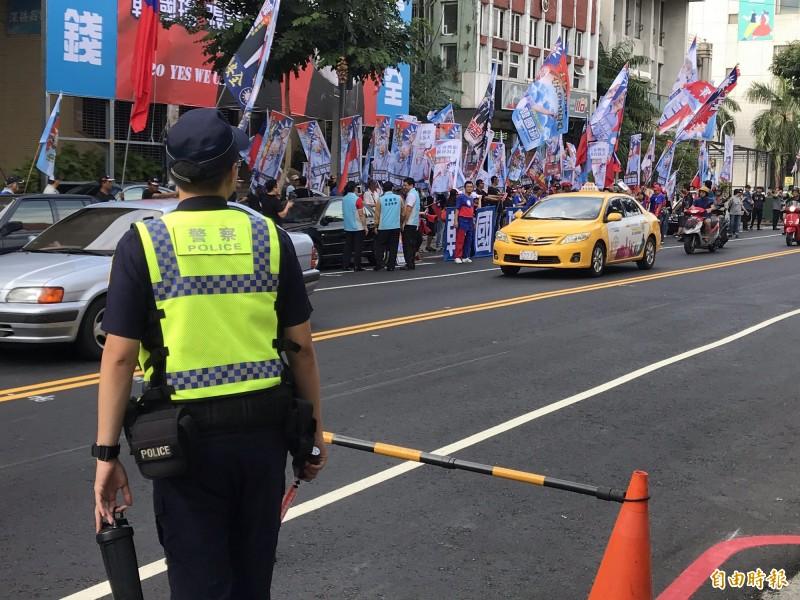 高市警局最後期限准挺韓大遊行,罷韓、挺韓同日上街警嚴陣以待。(記者黃良傑攝)