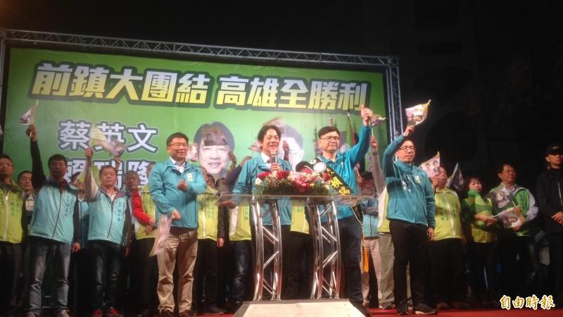 民進黨副總統候選人賴清德(中)要和民眾一起吃雞排。(記者黃旭磊攝)