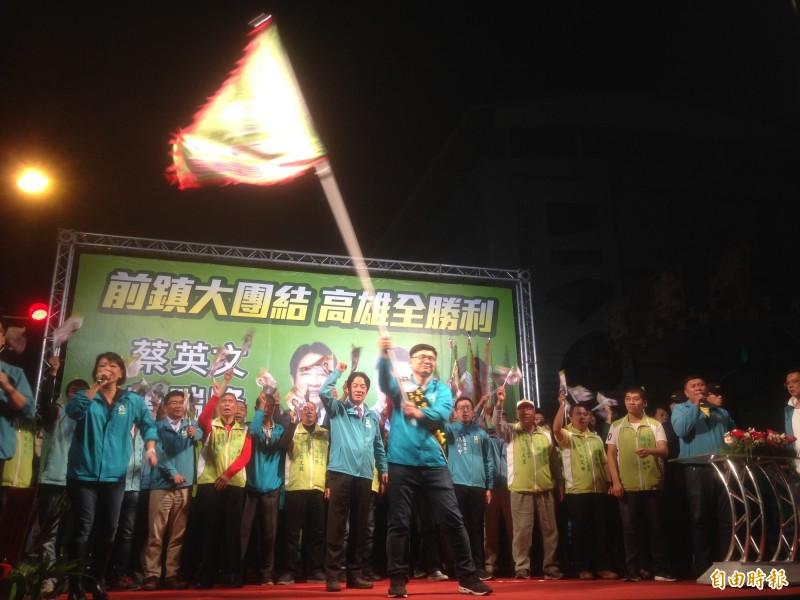 民進黨副總統候選人賴清德(中)授旗後,高雄市立委候選人賴瑞隆揮舞戰旗。(記者黃旭磊攝)