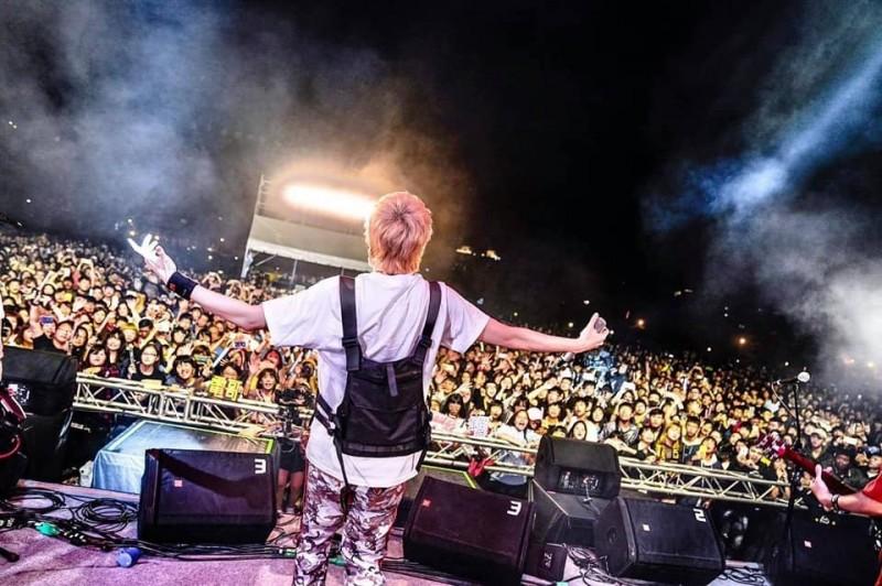 「哈瑪星:不廢搖滾」音樂祭人潮稀稀落落?葉匡時秀出昨晚人潮的照片反駁。(取自葉匡時臉書)