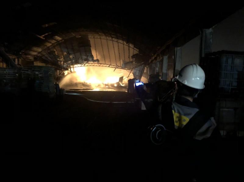 路竹區工廠大火,環保局人員到場檢測。(記者陳文嬋翻攝)