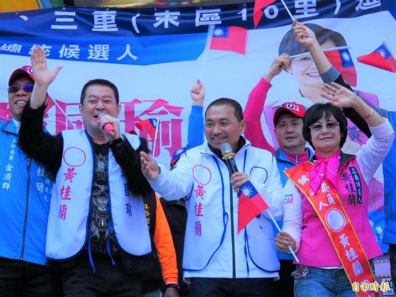 新北市長侯友宜(中)和蔡小虎(左)大唱去年競選的洗腦出場曲《愛人醉落去》。(記者陳心瑜攝)