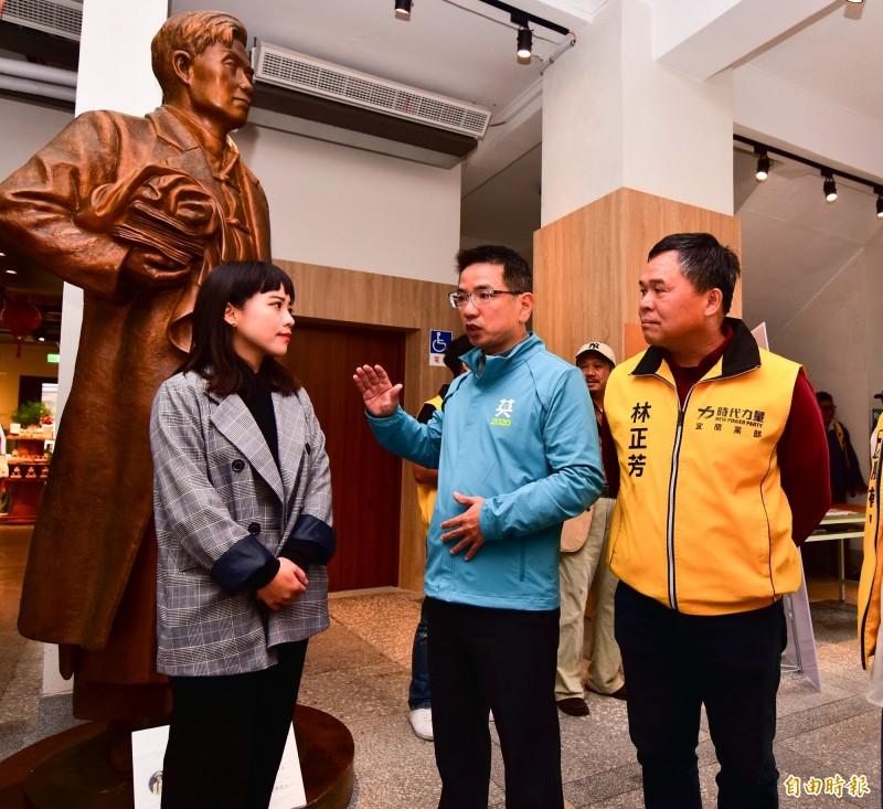 時代力量高雄市議員黃捷(左)今天到宜蘭參訪宜蘭人故事館,宜蘭市長江聰淵(中)親自解說。(記者張議晨攝)