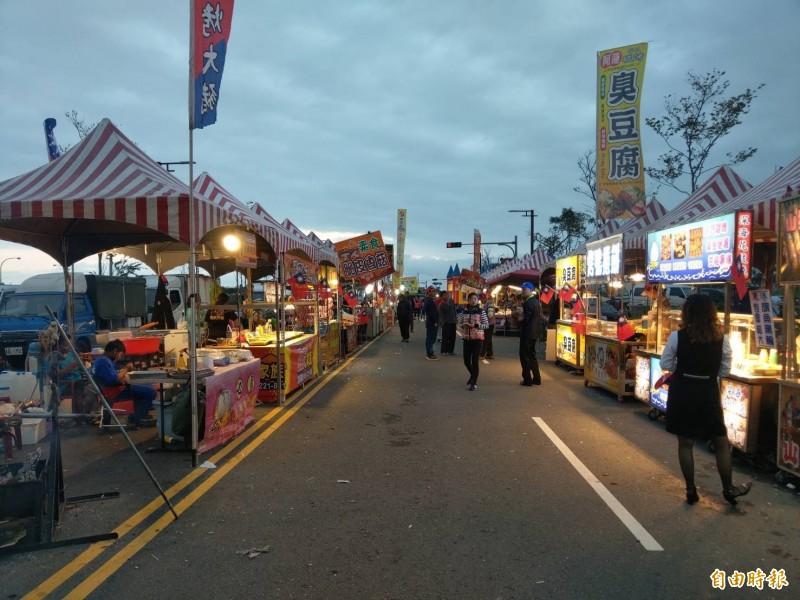 宜蘭「國瑜夜市」在造勢會結束後,人潮稀落,原預計8點收攤,但有攤商提早打烊北返。(記者張議晨攝)