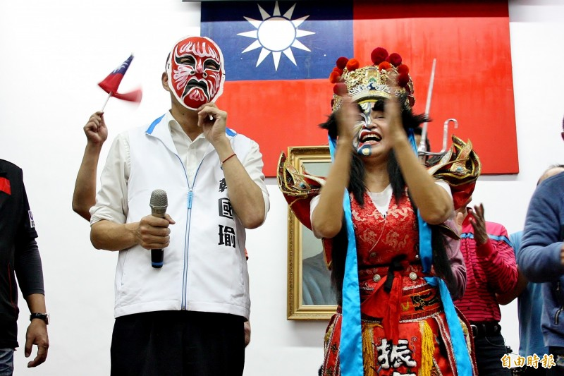 韓國瑜戴上宋江陣的面具。(記者許麗娟攝)