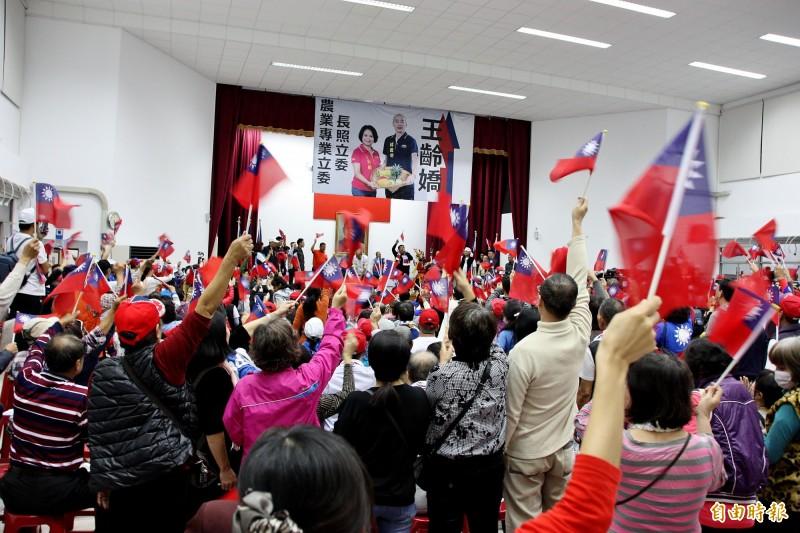 大社庶民起義,場內韓國瑜支持者揮舞國旗喊凍蒜。(記者許麗娟攝)
