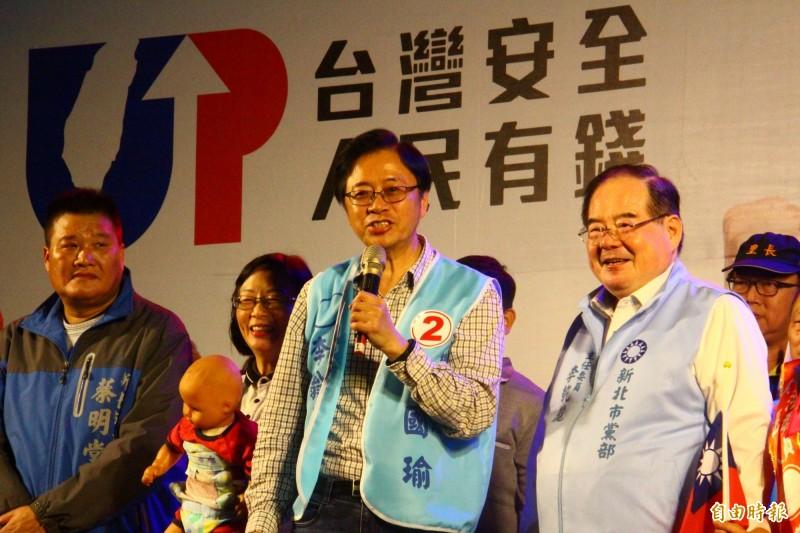 張善政(中)致詞時呼籲民眾票投國民黨,「寧可投韓國瑜一次,也不要被蔡英文騙兩次。」(記者邱書昱攝)