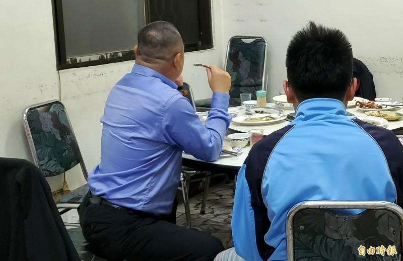 南投洪姓父子連吃飯也不忘討論此次台電新進僱用人員甄試事宜。(記者謝介裕攝)