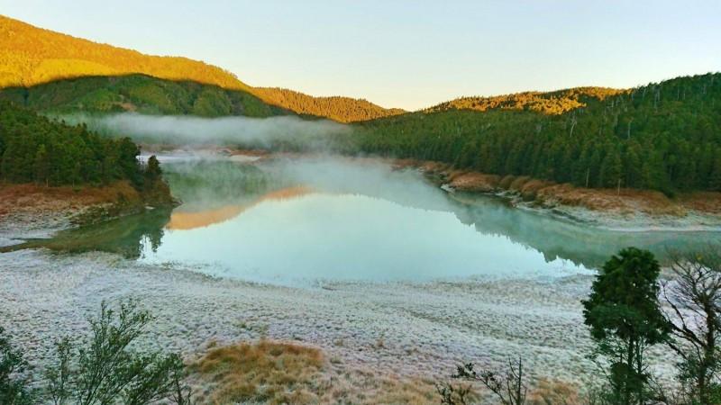 太平山翠峰湖四周今晨結薄霜,猶如鋪上白地毯。(記者江志雄翻攝)